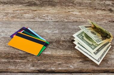 Dlaczego warto zawsze mieć przy sobie kartę i gotówkę