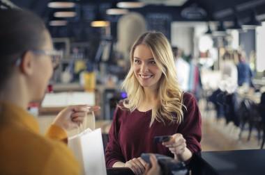 Czy płatność kartą może utrudnić zwrot zakupów w sklepie